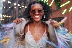 Femme à la mode dans la camisole rayée et la veste frangée photo libre de droits