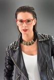 Femme à la mode dans la pose de style de roche Images stock
