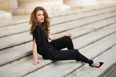 Femme à la mode dans la salopette sans dos photographie stock