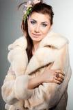 Femme à la mode dans un manteau de fourrure image stock