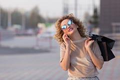 Femme à la mode habillée sur les rues photos stock
