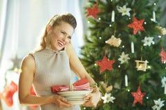 Femme ? la mode heureuse avec des plats de portion parlant du t?l?phone portable photo libre de droits