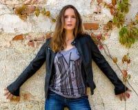 Femme à la mode posant devant un mur superficiel par les agents Photo stock