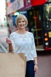 Femme à la mode tenant le panier Image stock