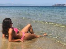 Femme à la plage image stock