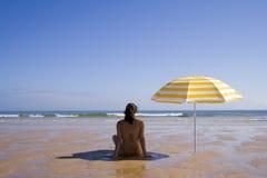 Femme à la plage Photos stock