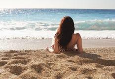 Femme à la plage images stock