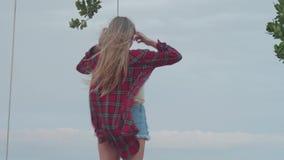 Femme ? la plage pendant le jour venteux nuageux banque de vidéos