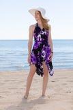 Femme à la plage portant un bain de soleil Photos libres de droits