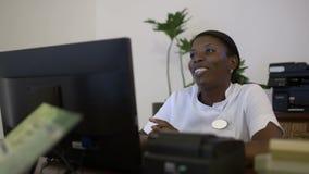 Femme à la réception à la station thermale de beauté parlant à l'invité banque de vidéos