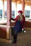 Femme à la station avec la rose actuelle Photographie stock