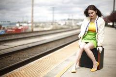 Femme à la station de train Photos libres de droits