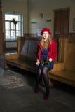 Femme à la station de train avec la rose de blanc Photo stock