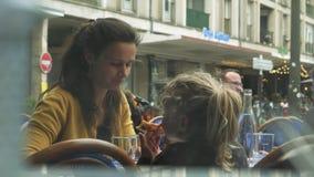 Femme à la terrasse avec des enfants banque de vidéos
