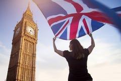 Femme à Londres avec un drapeau images libres de droits