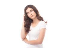 Femme à moitié asiatique pensant sur le fond blanc Photos stock