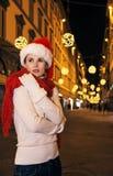 Femme à Noël à Florence, Italie s'enveloppant dans l'écharpe rouge Photos libres de droits