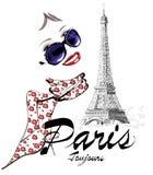 Femme à Paris près de Tour Eiffel Photos libres de droits