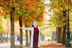 Femme à Paris un jour lumineux d'automne Images libres de droits