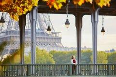 Femme à Paris un jour lumineux d'automne Images stock