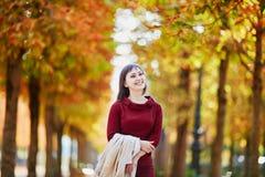 Femme à Paris un jour lumineux d'automne Photos stock