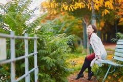 Femme à Paris un jour lumineux d'automne Image libre de droits