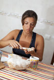 Femme à son petit déjeuner photo stock