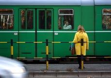 Femme à un arrêt de tram Photos libres de droits