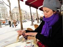Femme à un café Photographie stock libre de droits