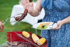 Femme à un régime pendant le barbecue Image stock