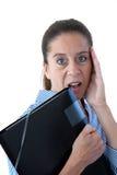 Femme âgé moyen d'affaires semblant choqué image stock
