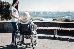 Femme âgée agréable tenant une main du volontaire Photographie stock