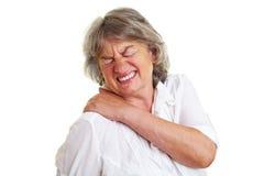 Femme âgée avec douleur dorsale Images libres de droits