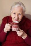Femme âgée avec la cuvette de thé Photo stock