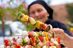 Femme âgée avec la nourriture fraîche images libres de droits