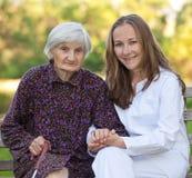Femme âgée avec le jeune docteur Images libres de droits