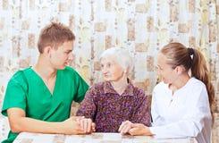Femme âgée avec le jeune docteur Photos stock