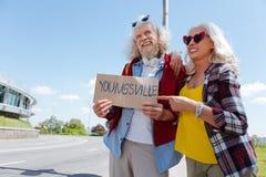 Femme âgée avec plaisir se dirigeant au signe Image libre de droits