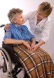 Femme âgée dans le fauteuil roulant Photos libres de droits