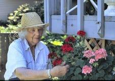 Femme âgée dans un jardin Image libre de droits