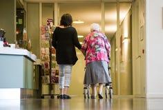 Femme âgée de aide images libres de droits
