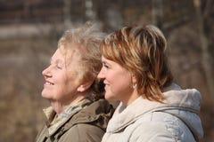 Femme âgée de sourire et son descendant dans le profil Images libres de droits