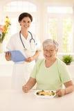 Femme âgée en bonne santé mangeant de la salade Photos stock