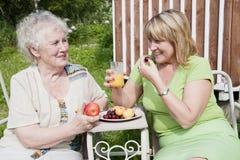 Femme âgée et son descendant Images stock