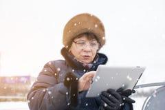 Femme âgée Femme courant sur le comprimé Photographie stock