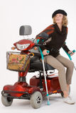Femme âgée handicapée avec des béquilles Photo stock
