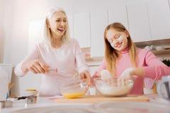 Femme âgée heureuse appréciant la cuisson Photographie stock