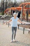 Femme âgée heureuse sautant sa corde Images stock