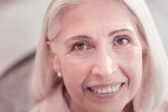 Femme âgée heureuse semblant droite et sourire Images libres de droits