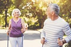 Femme âgée joyeuse allant après son mari Photo stock